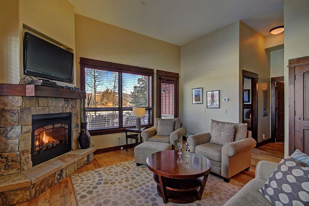 Open living room  - Plenty of seating for everyone.