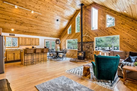 Beautiful, dog-friendly home w/private hot tub, large deck, and gas grill!