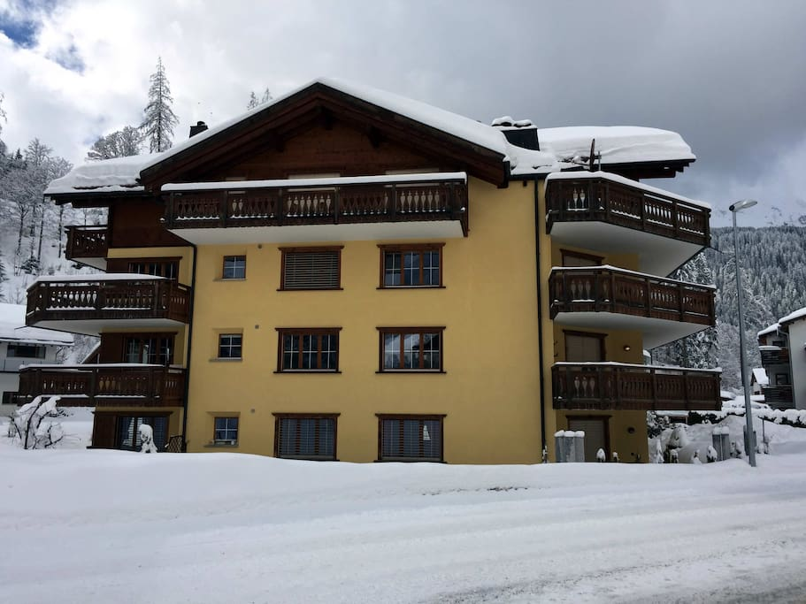 Winter: Side of Haus Rätia