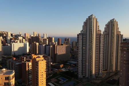 Luminoso apartamento/ Sunny apartment Benidorm - Benidorm - Ferienunterkunft