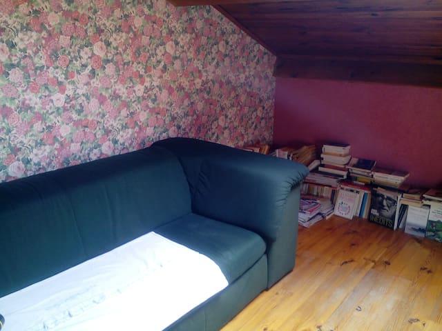 Chambre bleue + dépendances dans villa avec jardin - Lantriac - Hus