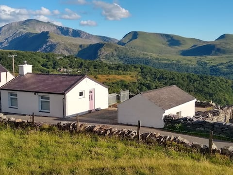 Cosy cottage with Snowdon and lake view