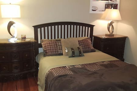 2.5 Miles to Attractions. Private room and bath. - Arlington - Ev