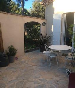 Studio dans villa avec piscine - Rognac - Huis
