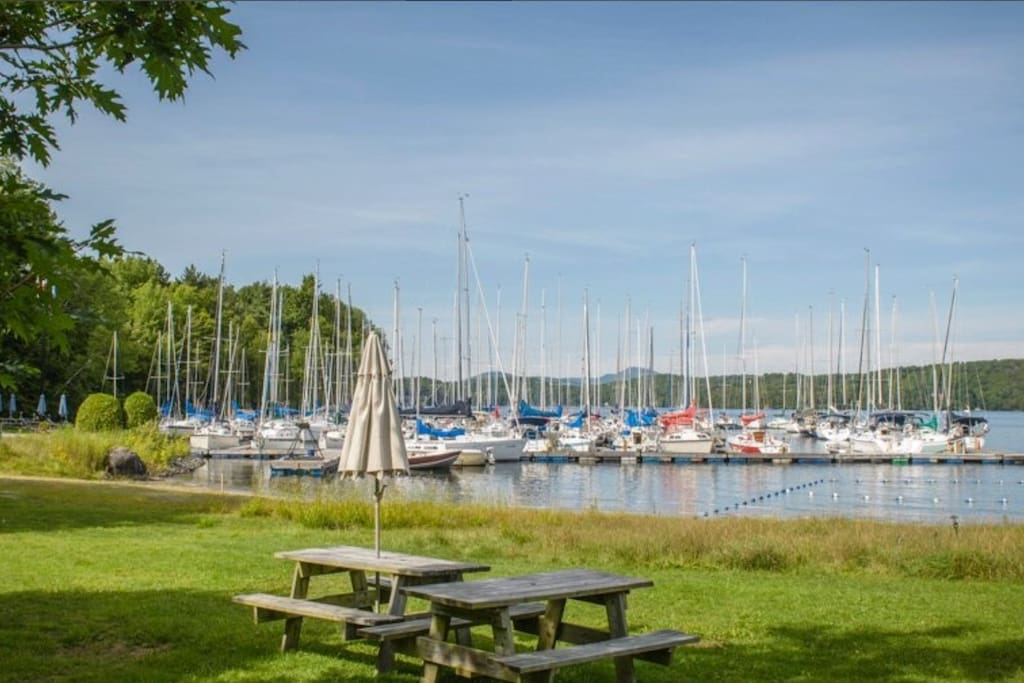 There is a small beach and picnic table at the lake at 200 meter from home. Lake access is shared but friendly with rest room. House is overlooking marina.