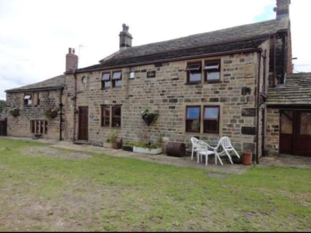 Large 4 bed Farmhouse 8mins from Leeds centre