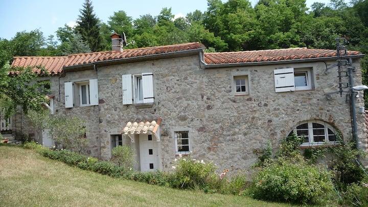 Maison en pierre dans un écrin de verdure