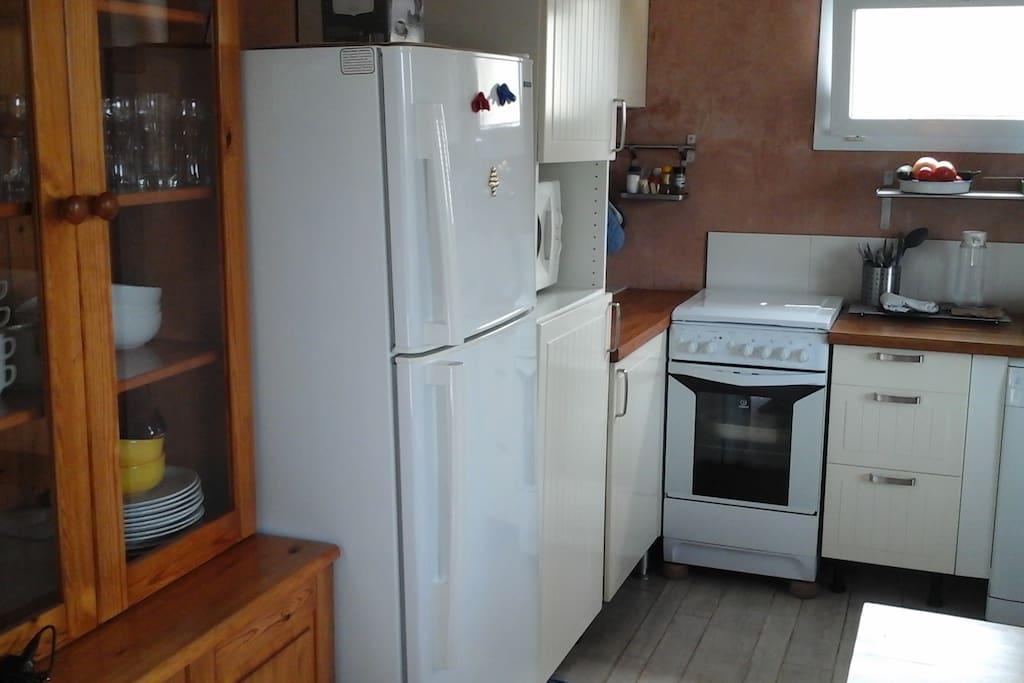 Cuisine comprenant frigo congélateur, etc...