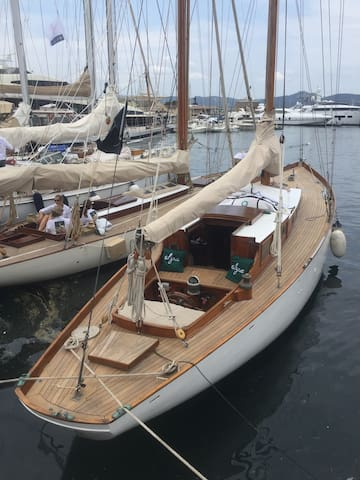 Stay onboard Classic Yacht from 1948 in Old Port