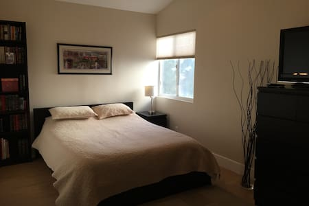 Clean private bedroom with private full bathroom - Lake Forest - Rumah