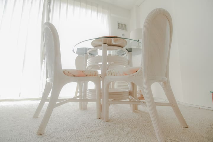 Dining table and chairs. ダイニングテーブル。