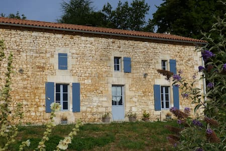 Grand gîte familial en limite Charente Dordogne - Grassac