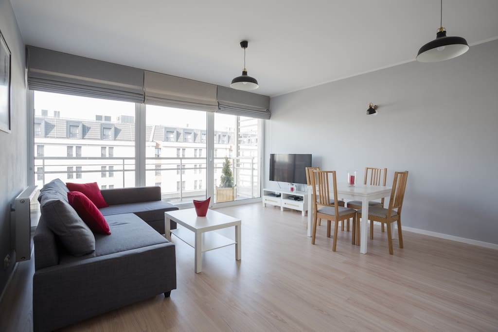 Salon z aneksem kuchennym i wyjściem na balkon