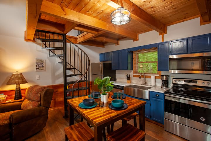 Almost Heaven Convenient & Cozy Pigeon Forge Cabin