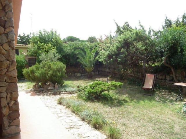 Giardino che costeggia la villa