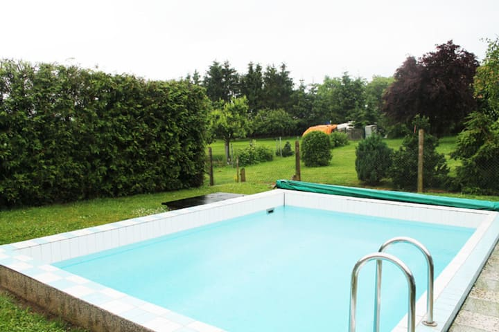 Joli deux-pièces avec piscine dans le jardin