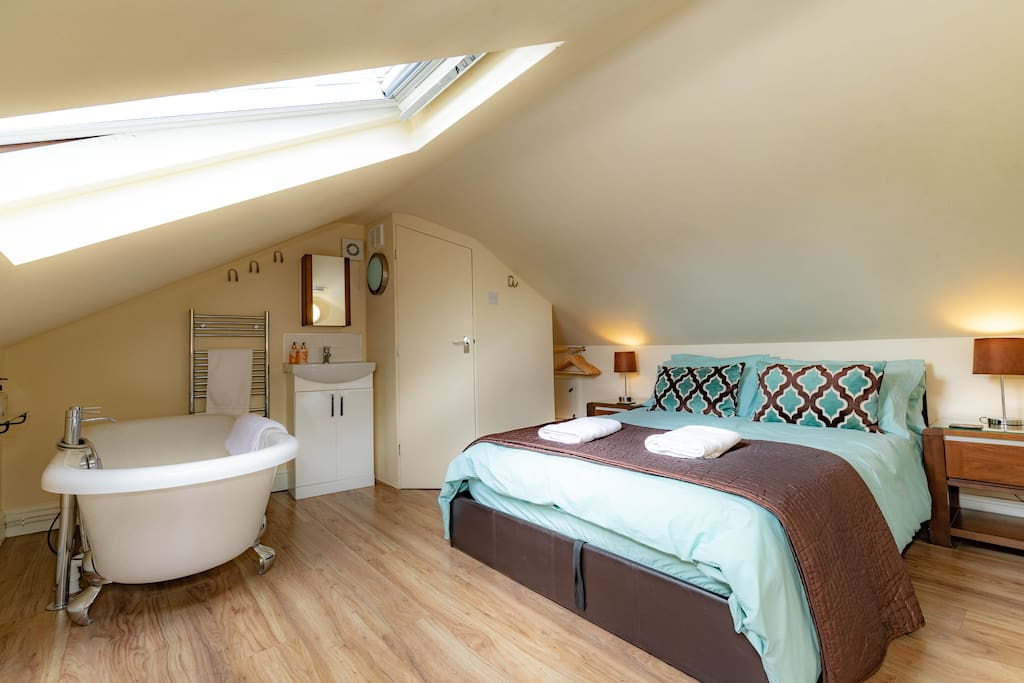Attic bedroom - with HD Smart TV You can hear the bells ringing from York Minster here.