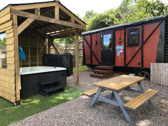 Luxury cosy carriage with electric private hot tub