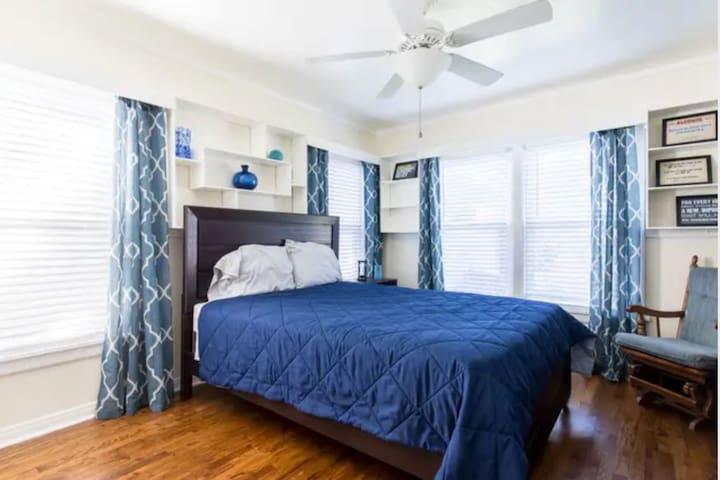 Private Queen Bedroom and Bath near Dallas!