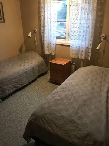 Sovrum 2 övervåning: 2st nya 90cm sängar.