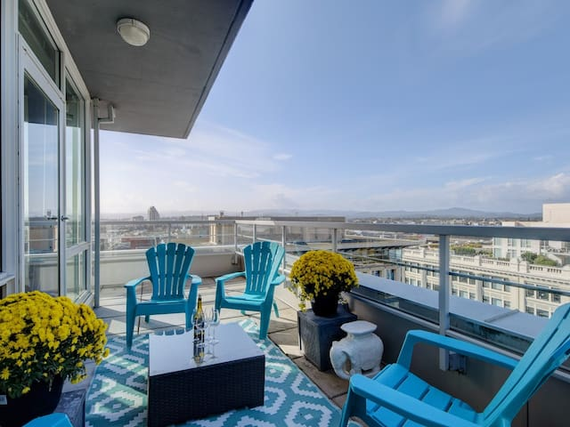 Sanitized & Secure Downtown Penthouse Sleeps 6