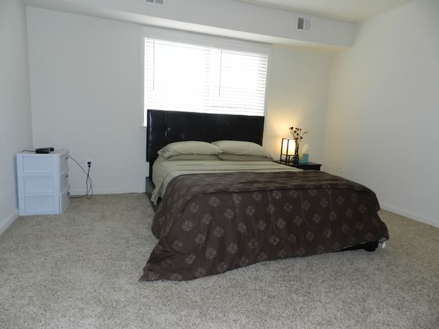 Spacious and Cozy 1 Bedroom Apartment,New Listing! - Newark - Διαμέρισμα