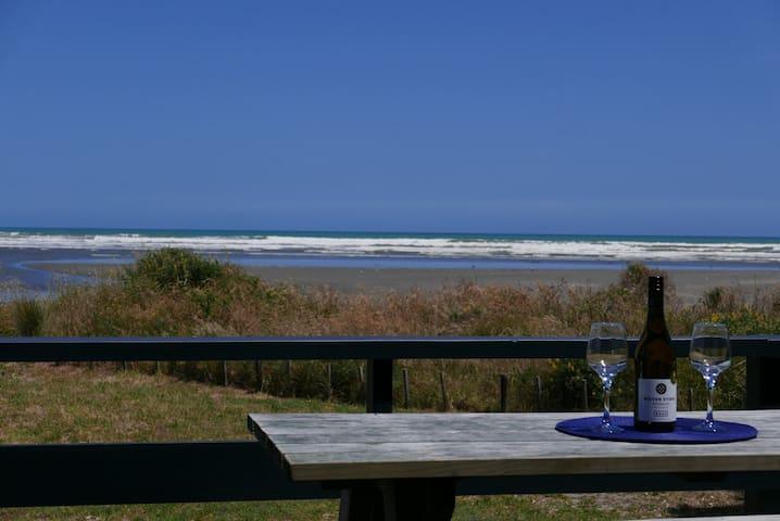 Beachfront Bach with Sea Views - InterVille - Waikawa Beach - Ev