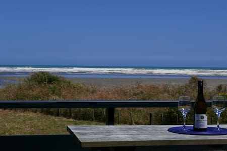 Beachfront Bach with Sea Views - InterVille - Waikawa Beach