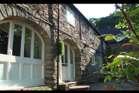 YR HEN HOFEL - BRYN MELYN FARM COTTAGES (wood fired hot tub)