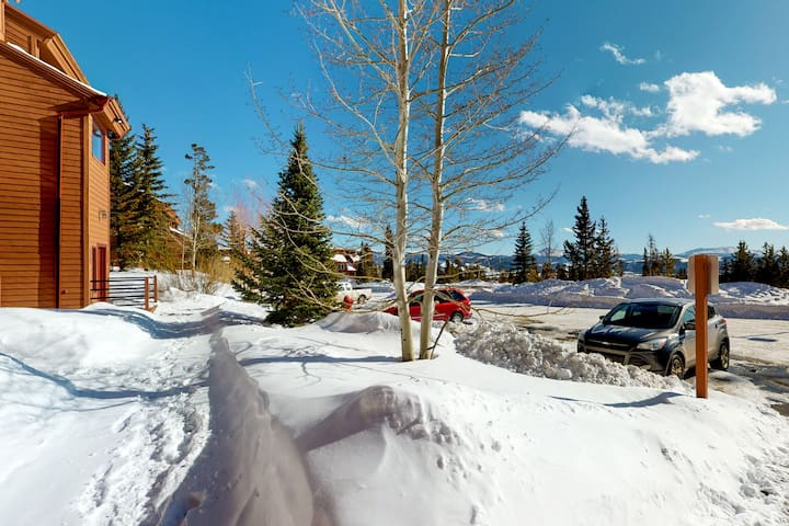 Delightful condo with mountain views and clubhouse access in Silverthorne