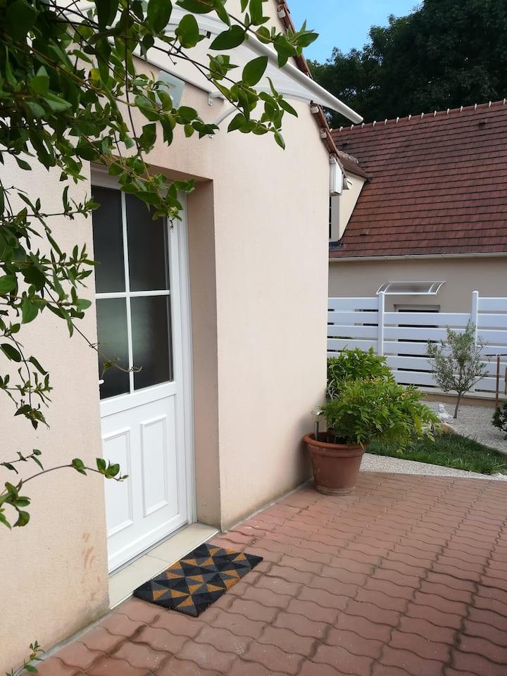 studio avec mezzanine et petit jardin privatif
