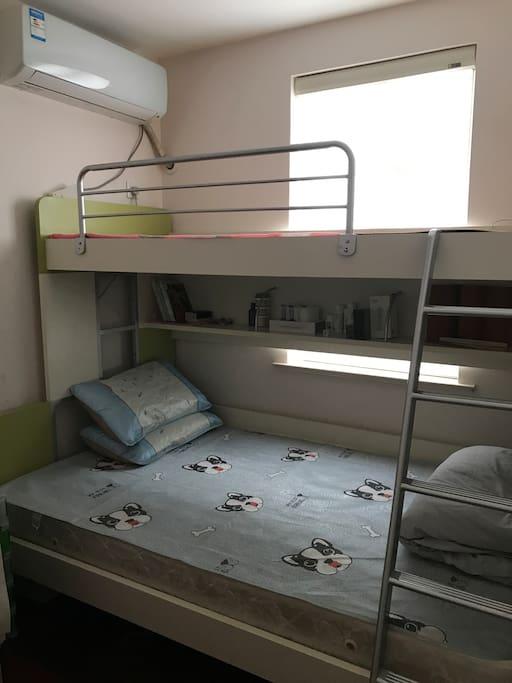 小房间上下床,三个人可住