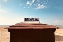 """Porque la playa invita a la lectura, en Sanlúcar tenemos la """"Biblioplaya""""."""