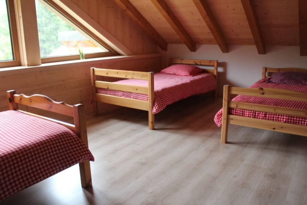 la chambre avec ses 3 lits doubles