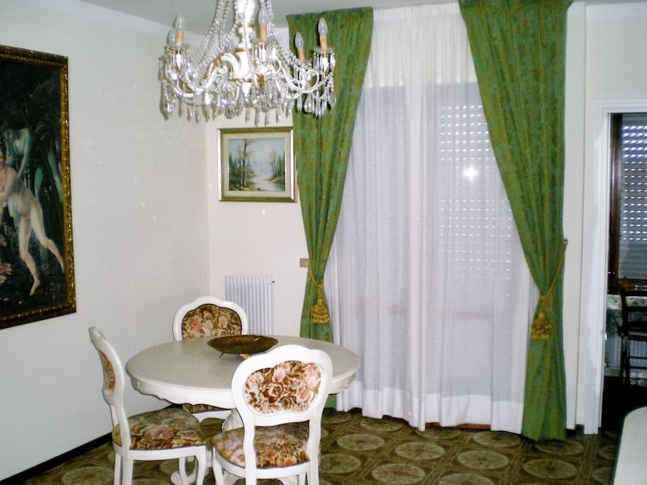 Sala con terrazzino