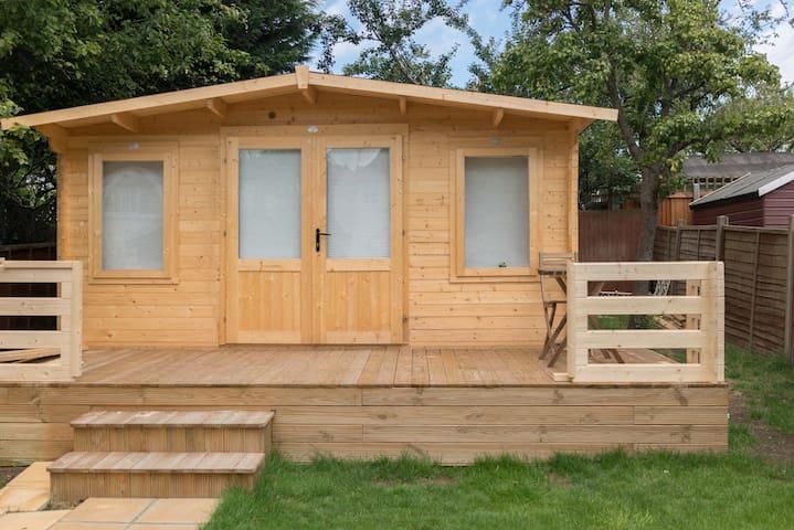 Entire cosy log cabin in beautiful private garden