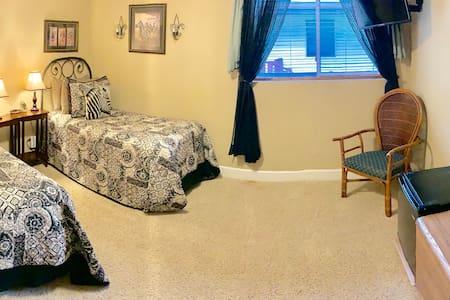 Monroe Street Suites: Room Five (Two Twins)