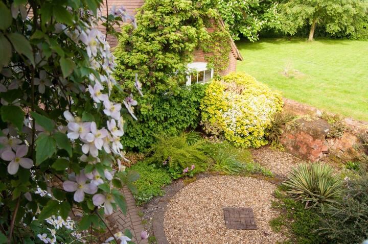 En-suite room with beautiful views - Hopyard