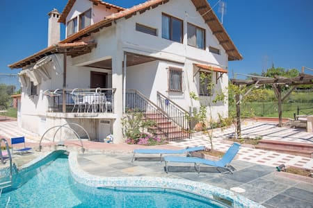 Luxurious villa with swimming pool in superb place