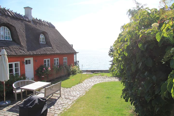 Charming house directly to the sea - Humlebæk - Talo