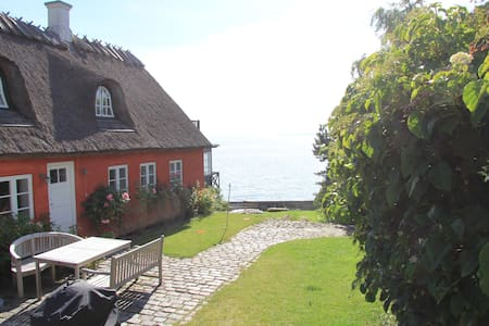 Charming house directly to the sea - Humlebæk