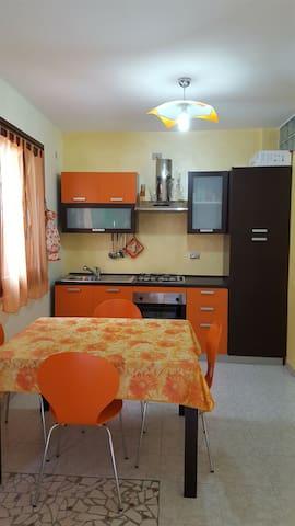 Grazioso appartamentino a 5 minuti a piedi dal mare - Porto Torres - Departamento