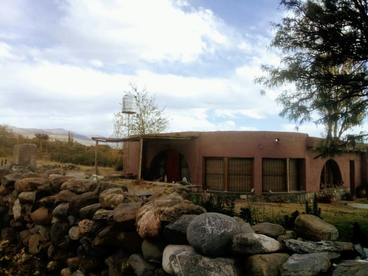 Casa de Adobe rodeada de Cardones.Ampimpa, Amaicha