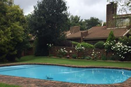 Beautiful, Secure House with Pool in Rosebank - Johannesburg - Bed & Breakfast