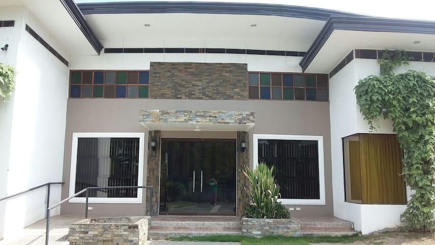 House of Zeeh: whole main house - Dumaguete - Dom