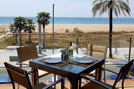 Luxifels - Amazing beach front, 30' from Barcelona