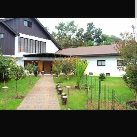 Pieza privada en casa familiar en zona residencial