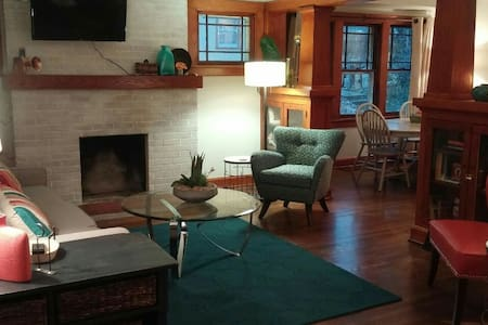 """The Hemingway"" charming 3 bdrm near the Plaza - Kansas City"