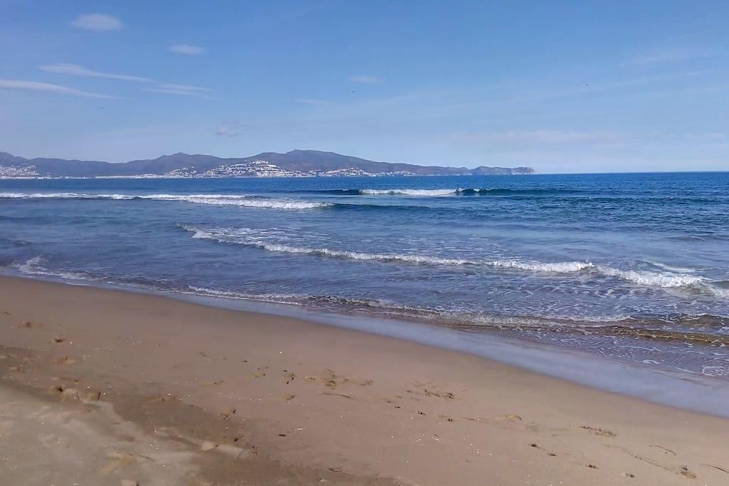 Vue de Rosas et du Cap de Creus depuis la plage sauvage de Sant Pere Pescador...