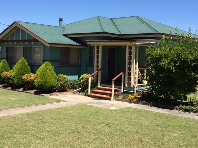 Froggies Holiday House - Walk to shops & cafes